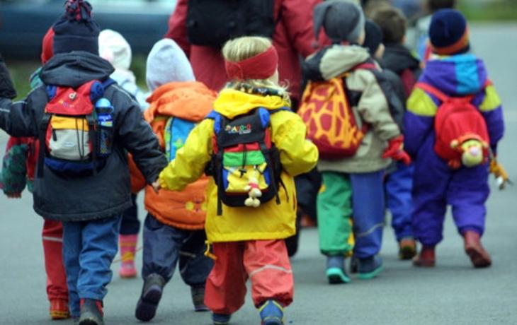 Děti chrání před počasím spojovací krček