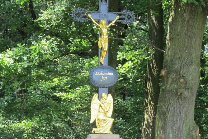 Hradčovice představily kříž z roku 1901. U žehnání nechyběly ani koláčky