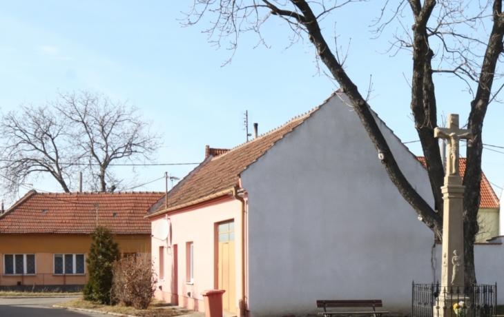 Chátrající dům ve Véskách nahradí park a parkoviště