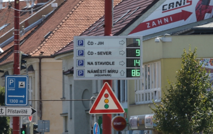 Cedule nestačí, Hradiště nabízí obsazenost parkovišť i na webu