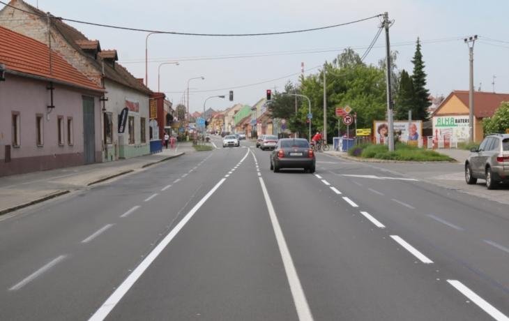 Řidiči se diví, silnice u školy je rázem tříproudová!