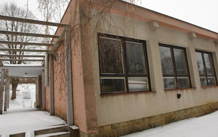 Uprostřed světa opraví bývalou školu