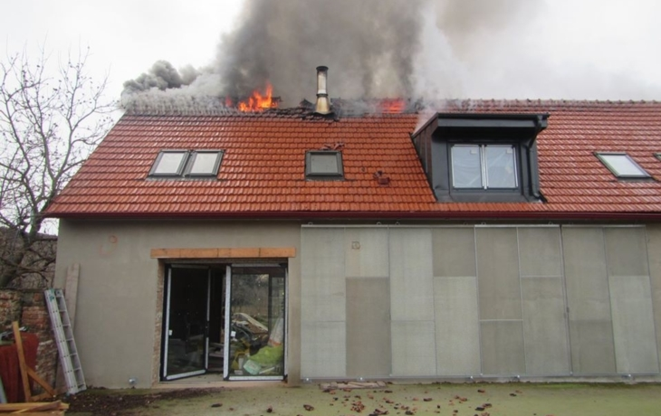 V Ostrohu vzplála střecha rodinného domu, škoda je za 300 tisíc