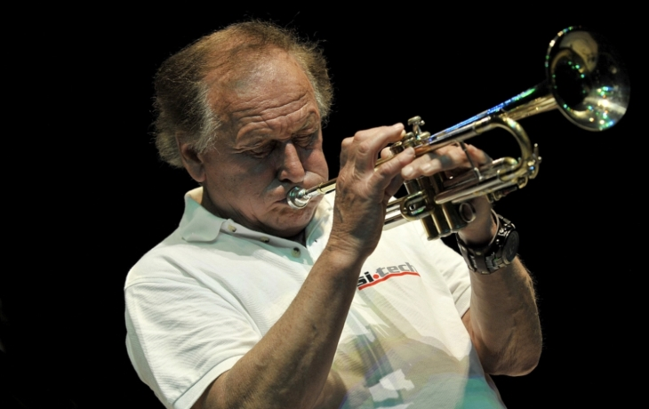 Legenda neotřelého jazzu Laco Deczi v Míru