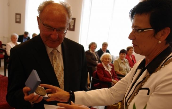 Humanista Riedl převzal pamětní medaili