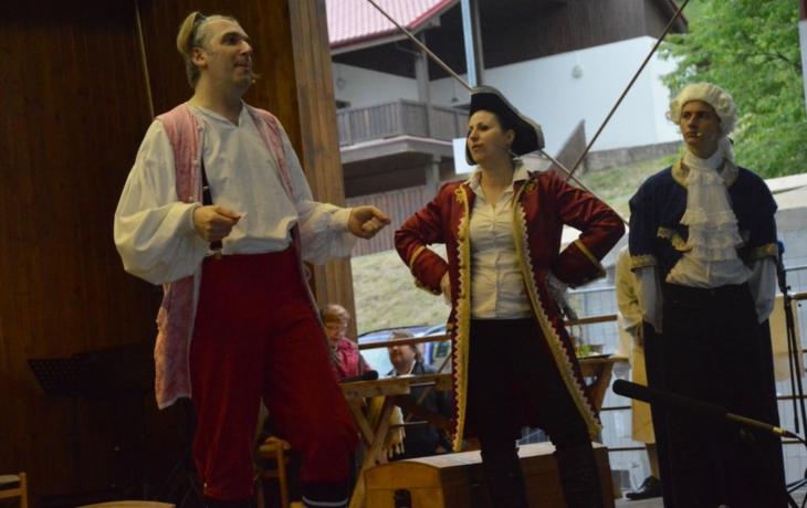Folklor střídalo divadlo