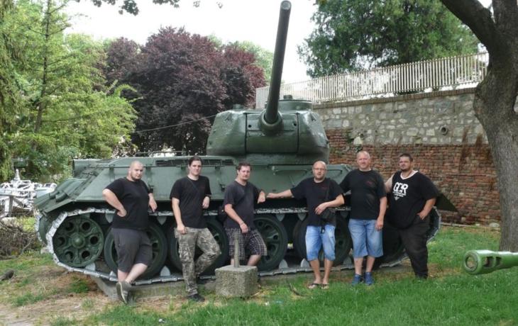 Šermíři mezi děly a tanky