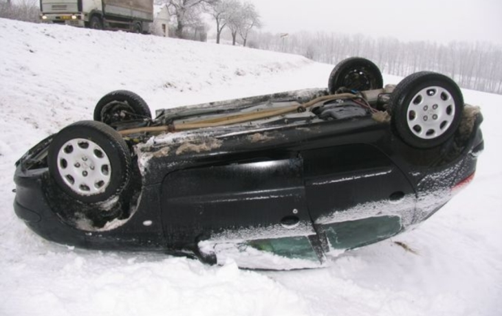 Rychlá řidička skončila na střeše