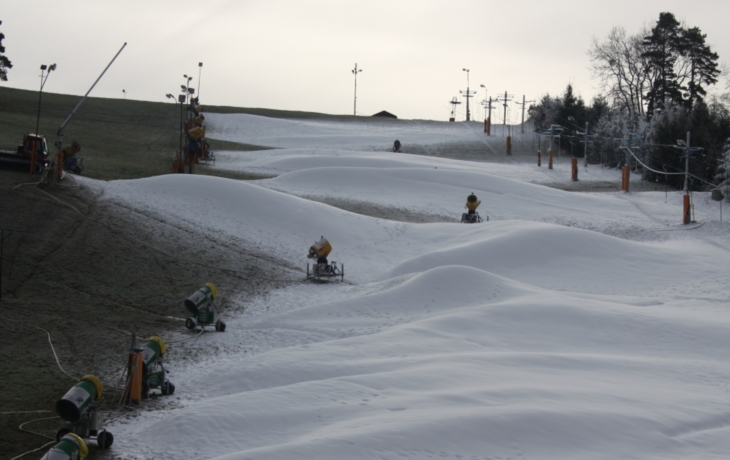 Nejistá lyžařská sezona začíná, dešti navzdory. Stupava už zasněžuje