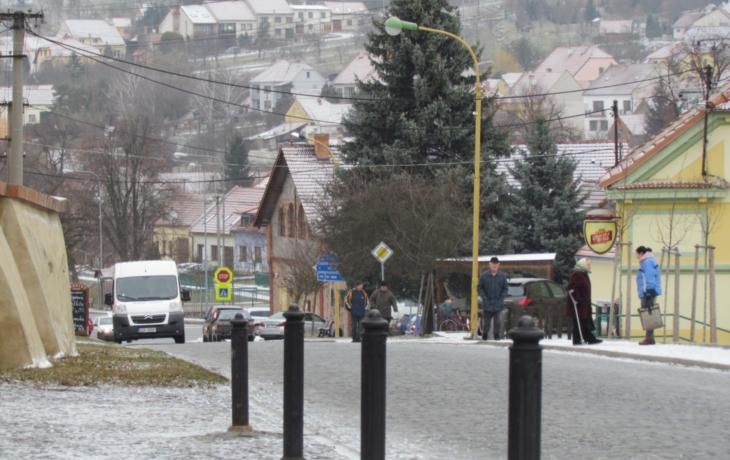 Auta začnou v centru Vlčnova parkovat jen podélně