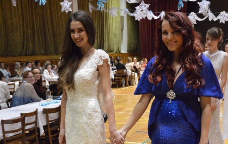 Na plese byly k vidění i šaty Miss Earth