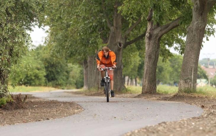 Cyklisté se dočkali chybějící stezky do Nedakonic