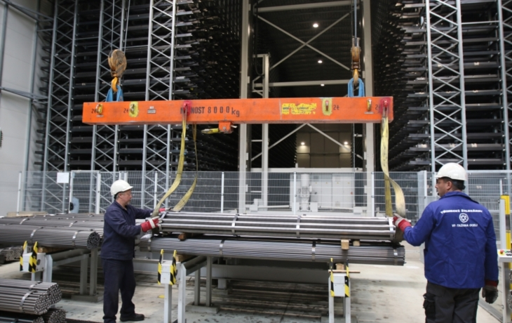 Tažírna oceli testuje provoz automatického skladového zakladače