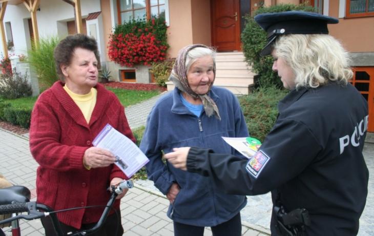 Policisté zkoušeli pozornost seniorů