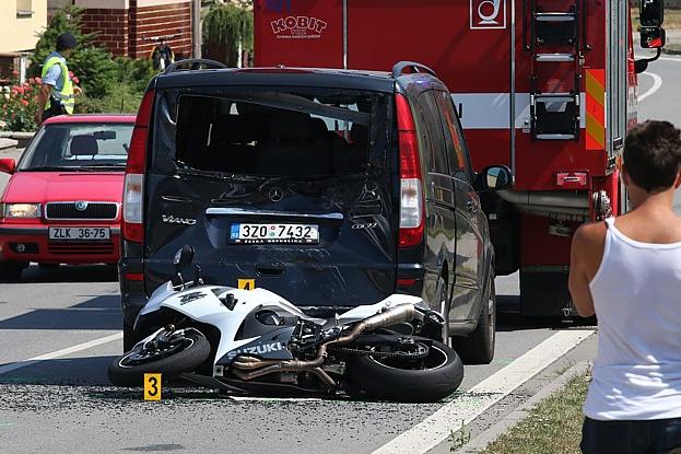 Motorkář vrazil do dodávky, nehodu přežil