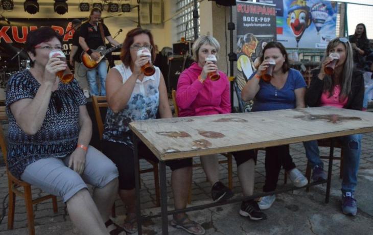 Ženy v pití remizovaly