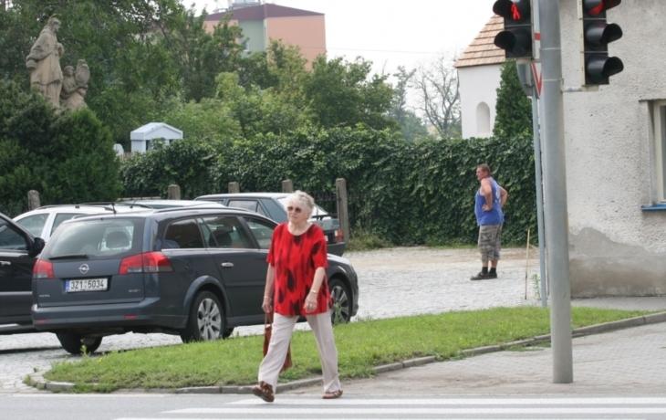 Chodci u hřbitova riskují, přecházejí na červenou. Stávkuje semafor?