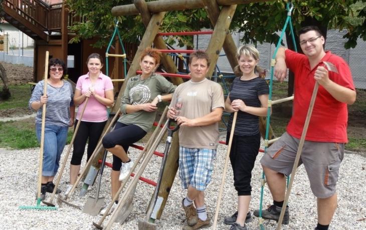 Dobrovolníci opravili zahradu školky i cestu ke křížku, na nemocné děti se vybralo 15 400 korun