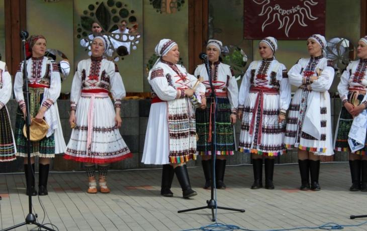 Střídmé slovácké kroje vystřídaly cikánské sukně