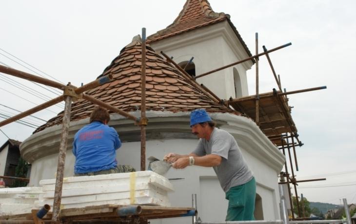 Kapli ochrání skleněná stěna