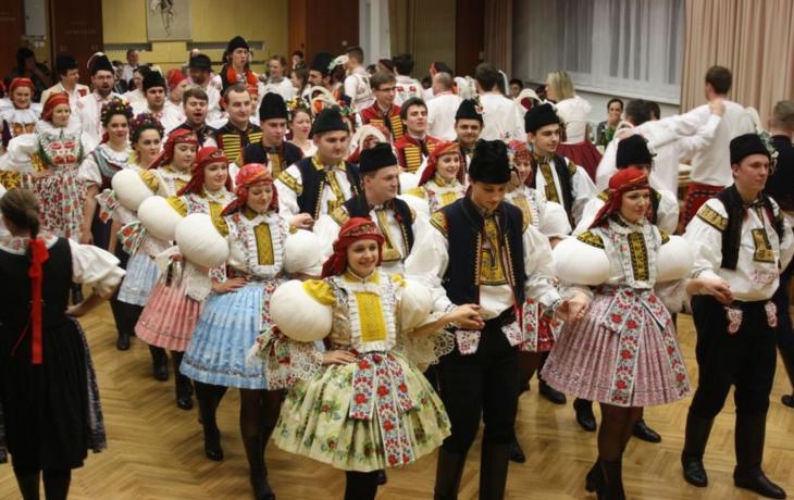 Téměř stovka krojovaných ozdobila tradiční ples