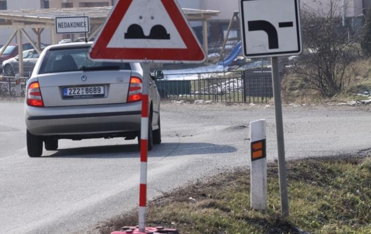 Řidiče už hrb nestraší, postavili před něj značku
