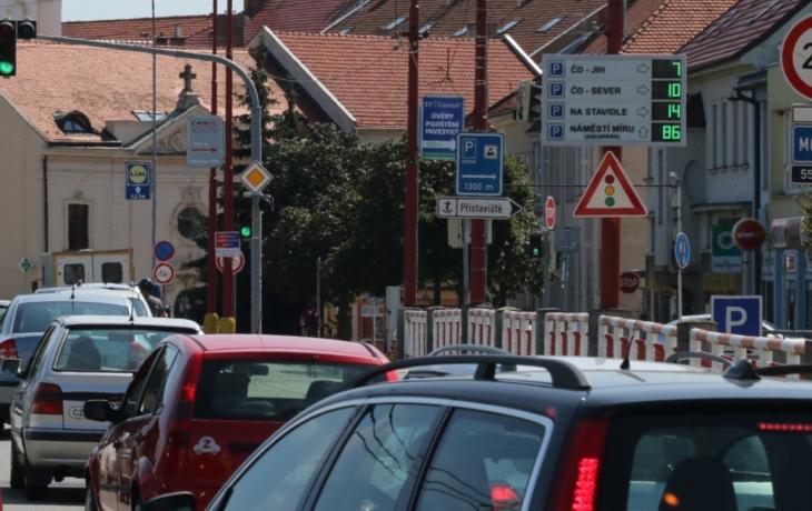 Volná kapacita parkovišť svítí na infopanelech
