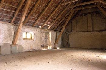 V Hrubé Vrbce nahazují stodoly hlínou