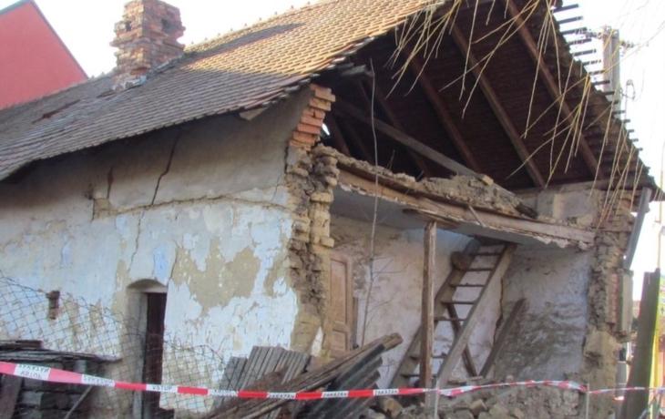 Vítr strhl domu z vepřovice stěnu, z dalšího létají křidlice