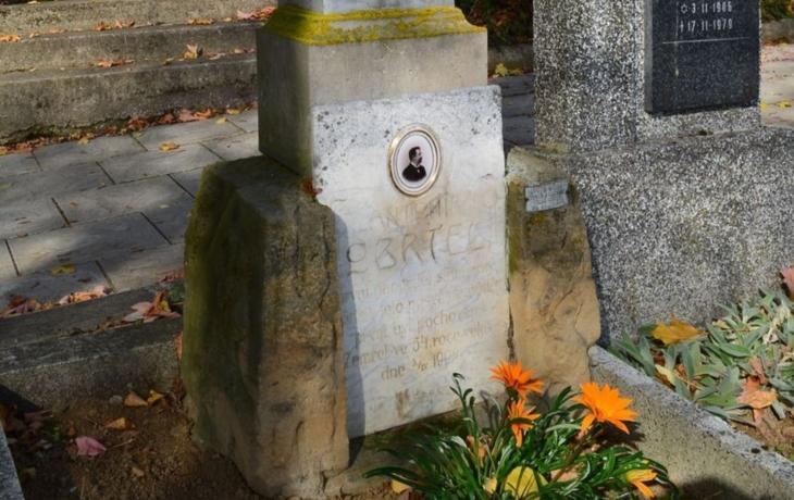 Lidé si vynutili opravu učitelova hrobu