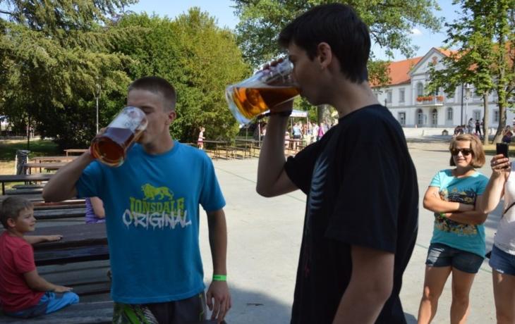V parku teklo pivo proudem