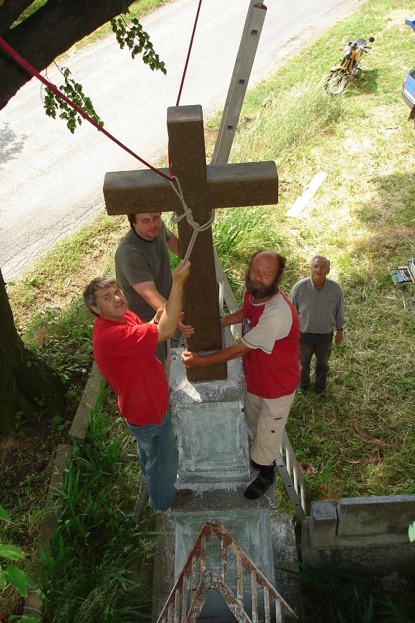 Podstavec už opět nese kříž, byť dřevěný