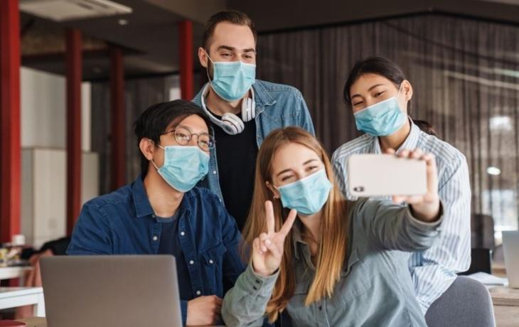 Výbava pro studenty: roušky, štíty, dezinfekce