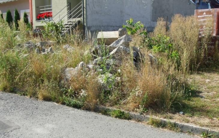 Hromada betonu zmizí v základech