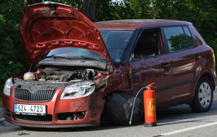 Řidiče udolal v úmorném vedru mikrospánek, nehodu s kamionem naštěstí přežil on i spolujezdkyně