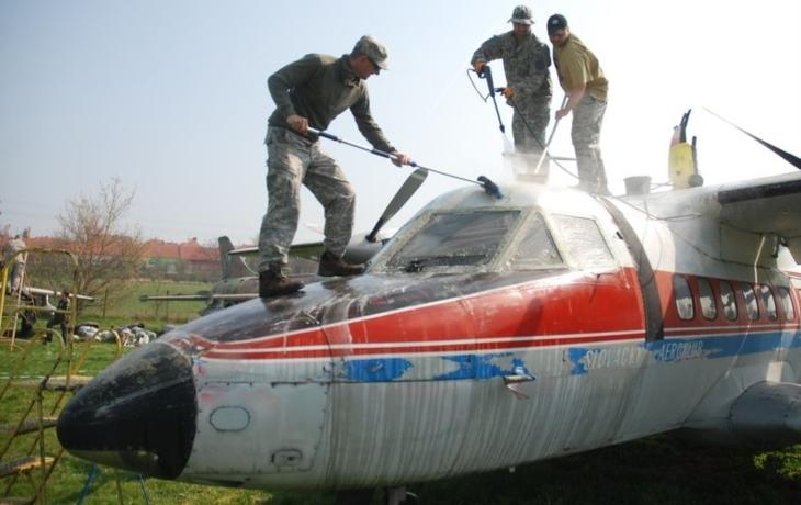 Letadla šamponovali vojáci i pilot, který přicestoval z USA
