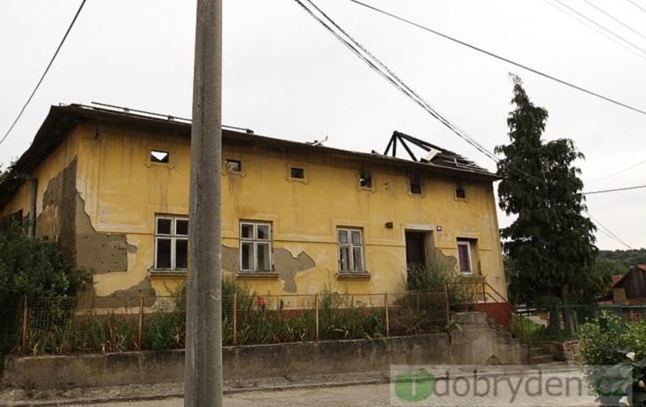 Lidi ohrožuje vyhořelý dům, na demolici nemá majitel peníze