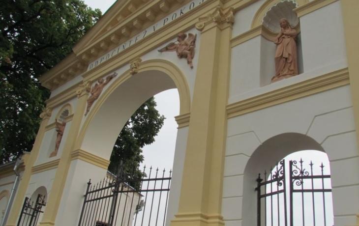 Hřbitovní brána září novotou, možná ji nasvítí reflektory