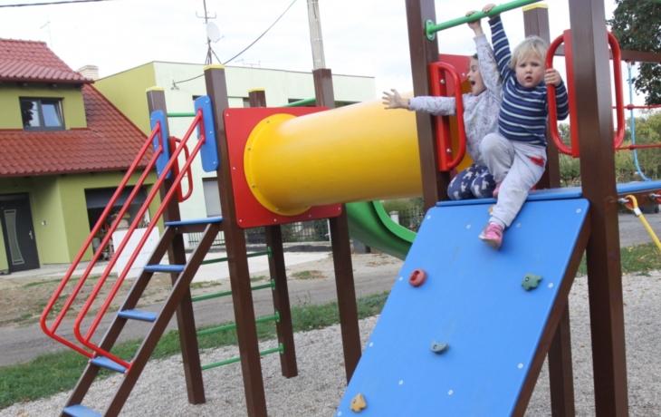 Děti z Vések si už hrají na novém hřišti