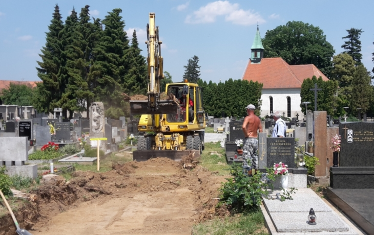 Opravený hřbitov pohlídá kamera