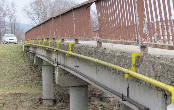 Most se musí narovnat, zábradlí chybí 10 centimetrů