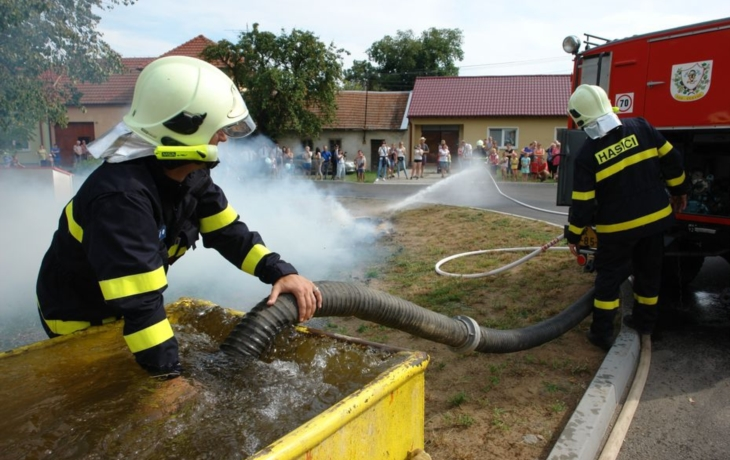 Nedakoničtí hasiči slavili, zapálili střechu školy