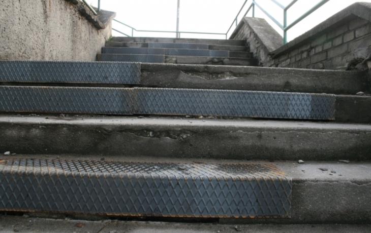 Úraz rozhýbal úřad, schody se opraví