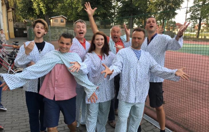 Herci zazpívají v nemocničních pyžamech