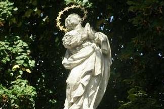 Obnově zničeného Mariánského sloupu možná pomůže sbírka