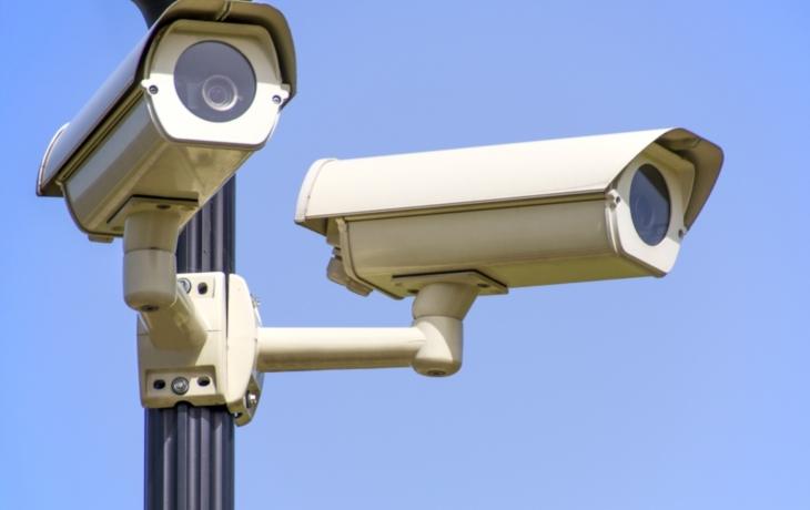 Big Brother také v Kostelanech. Pohlídá popelnice, most i hřbitov
