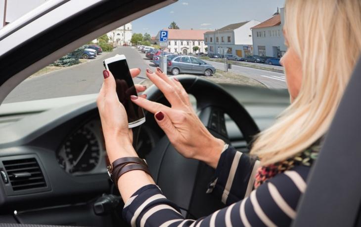 Řidičům pomáhají při platbách za parkování chytré telefony. V nabídce jsou i virtuální kotouče