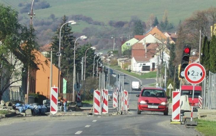 Cestu na Slovensko brzdí oprava mostu