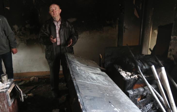Vyhořelý dům se dal do pohybu. Kdo zaplatí demolici?