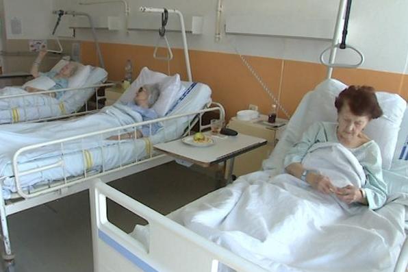 Pacienti kritizují čekací doby a stravu, chválí péči a vstřícnost